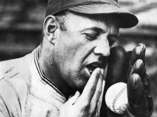 jugador llenando la pelota de saliva beisbol mlb