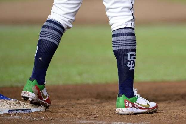 San Diego padres resumen temporada 2018 beisbol mlb Christian Villanueva en las Mexico Series, calzando zapatillas con el nombre de su ciudad natal.<br /> (Fuente: msn.com)