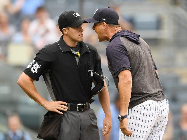 aaron boone discutiendo con un árbitro
