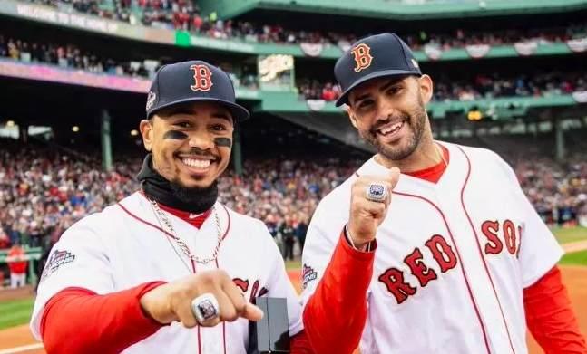 Conviene recordar quien es el actual campeón de las Series Mundiales mookie betts y J.d. martinez con el anillo