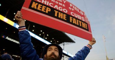 Chicago Cubs fan Yisroel Yitzchok Kamen watches batting practice before Game 4 of the National League baseball championship series against the New York Mets Wednesday, Oct. 21, 2015, in Chicago. (AP Photo/David Goldman) Chicago Cubs, 100 años de soledad