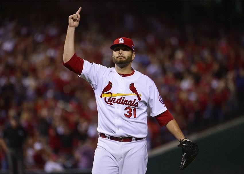 Lance Lynn agente libre de los Cardinals celebrando una buena entrada.