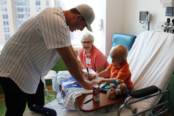 """Rizzo siempre lleva a cabo una """"tradición"""" con los niños, siempre es él quien pide el autógrafo"""