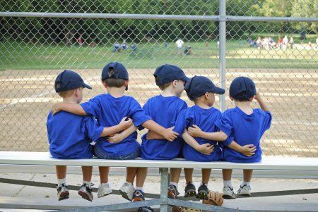 amigos en el banquillo del beisbol infantil niños
