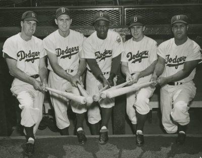 Hubo un tiempo en el que había tres equipos de béisbol en la ciudad de Nueva York. Estos eran los Brooklyn Dodgers (Liga Nacional), los New York Giants (Liga Nacional) y los New York Yankees (Liga Americana). La fuga a California Walter O'Malley, quien por entonces era el dueño de los Brooklyn Dodgers llevaba unos años pidiendo a la ciudad de Nueva York que le construyeran un nuevo estadio en el barrio de Brooklyn. Llegó a amenazar al alcalde Robert Wagner con llevarse al equipo de la ciudad, pero este no se tomó las amenazas en serio. Sí lo hizo cuando Los Ángeles le ofreció a O'Malley un nuevo estadio en el área Chavez Ravine. Wagner hizo un último intento desesperado para mantener la franquicia en la ciudad, y estaba dispuesto a construir un nuevo estadio en el barrio de Queens, sin embargo, O'Malley solo estaba interesado en construir un estadio bajo sus condiciones en Brooklyn. No solo tomó la decisión de llevarse la franquicia a Hollywood, sino que convenció a Horace Stoneham, dueño de los New York Giants, de que llevara su franquicia a San Francisco en vez de a Minneapolis como tenía planeado para mantener la rivalidad neoyorquina. De esta forma, la Liga Nacional se quedó sin ningún equipo neoyorquino, y los New York Yankees como el único equipo de béisbol de la gran manzana, jugando en la Liga Americana. Nuevos planes para el béisbol y para Nueva York El alcalde de Nueva York, Robert Wagner, quien intentó demasiado tarde retener a los Dodgers con un nuevo estadio en Queens, se puso manos a la obra para traer un nuevo equipo a la ciudad. Para ello, formó un comité junto a James Farley (Ex jefe de correos generales), el abogado Bill Shea y los empresarios Clint Blume y Bernard Gimbel. Ese mismo año, 1959, el abogado de Nueva York William Shea anuncia la formación de una tercera liga de béisbol, la Liga Continental. Apenas un año después, la Liga Continental se disuelve con la promesa de que cuatro de sus franquicias formen parte de una extensión en la Liga Nac