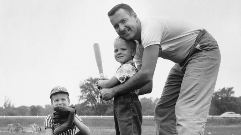 Papá, ¿por qué te gusta el béisbol? Padre e hijo jugando al béisbol