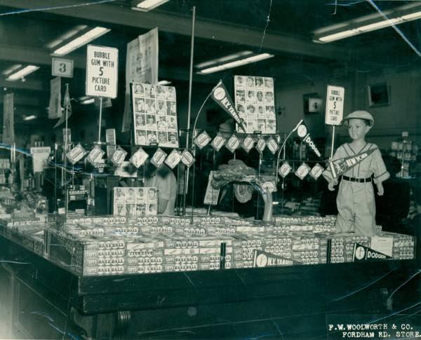 Mickey Mantle – 1952 Topps Baseball. El cromo que lo empezó todo. Interior de una tienda Woolworth & Co. en 1952, con un expositor de cromos de la colección de aquel año.