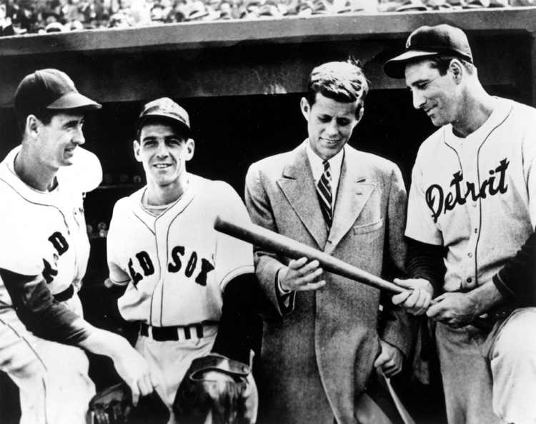 No. 74: Hank Greenberg. Mejores jugadores de la Historia del Béisbol Ted Williams, Eddie Pellagrini, John F. Kennedy, y Hank Greenberg (https://www.jfklibrary.org)