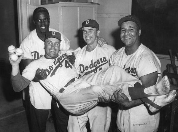 Duke Snider en brazos de sus compañero Jackie Robinson, Pee Wee Reese y Roy Campanella de los Brooklyn Dodgers mejores jugadores de la historia del béisbol