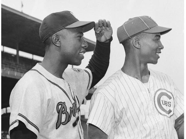 Hank Aaron y Ernie Banks en Wrigley Field, 1957 (Foto: Bettman/Getty Images)