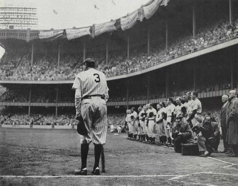 Babe Ruth en el Yankee Stadium con el bate de Bob Feller (Foto: Nat Fein)