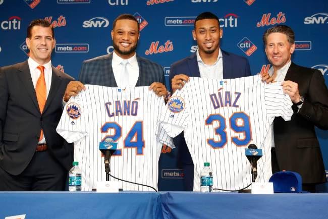 Canó y Díaz en su presentación con los Mets entre el GM Brodie Van Wagenen y el COO Jeff Wilpon