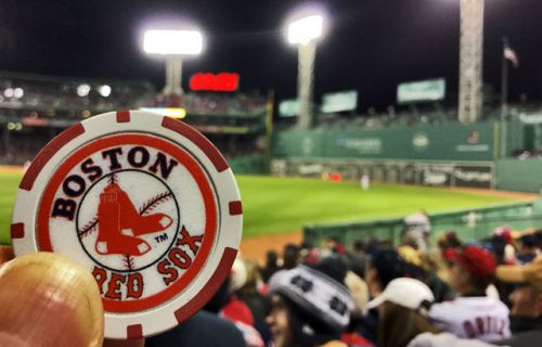 en Fenway park con una moneda de los Boston Red Sox