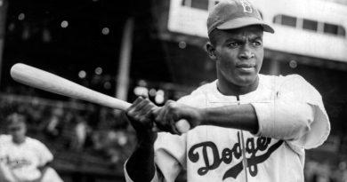 Jackie Robinson fue el primer jugador negro de las grandes ligas Jackie Robinson fue el primer jugador negro de las grandes ligas. Mejores jugadores de la historia del béisbol los dodgers