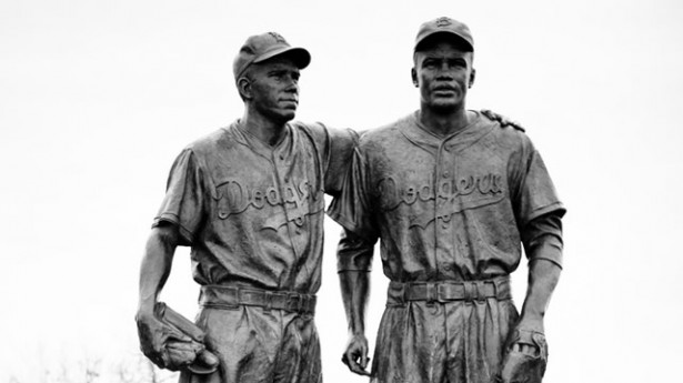El apoyo de Pee Wee es un símbolo del béisbol convertido en estatua.